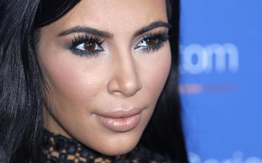 Dos sujetos apuntan con armas a Kim Kardashian